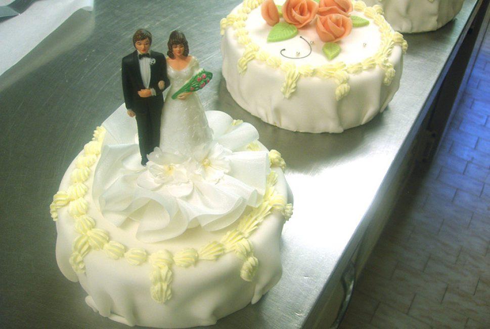Hochzeitstorte Mit Brautpaar Backerei Konditorei Burgauner